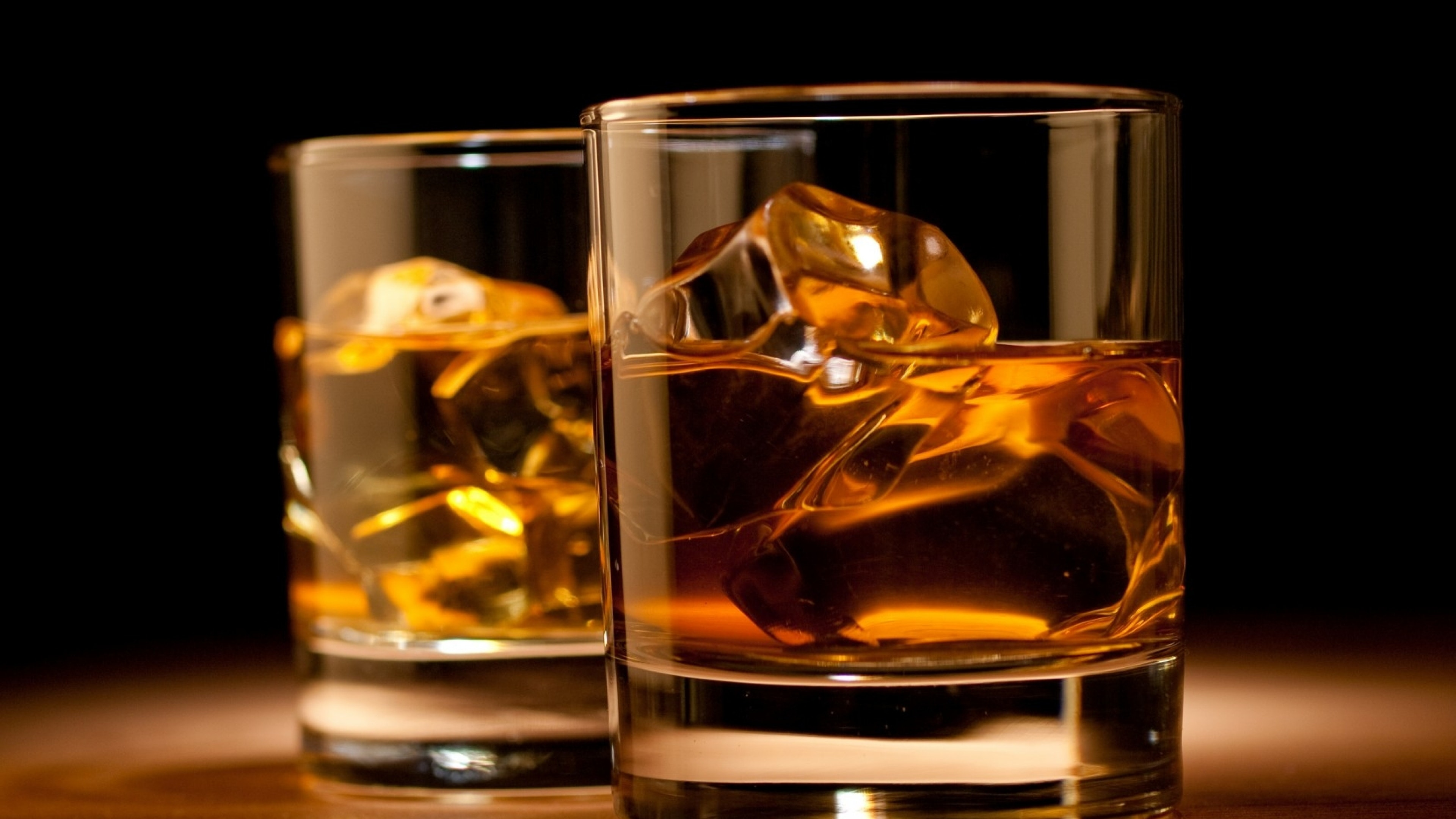 1519127502248368 whiskey drink glasses table cube ice 76627 3840x2160