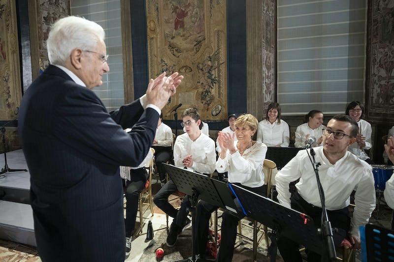 1582883104885215 il presidente mattarella con alcuni componenti dell orchestra magica musica 2